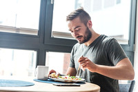 Man eating a healthy breakfast.